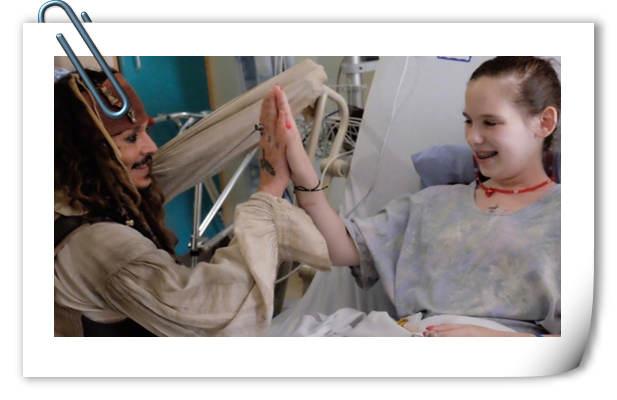 超有爱的!德普变身杰克船长到温哥华一家医院看望小朋友