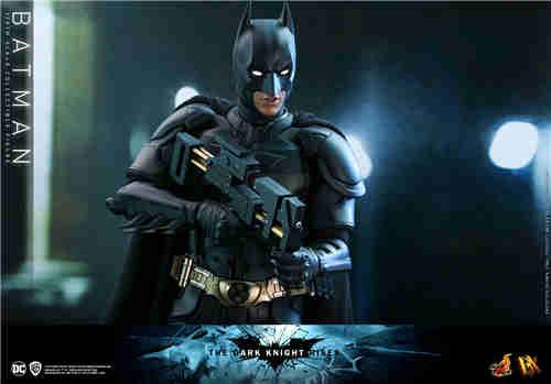 Hot Toys《蝙蝠侠: 黑暗骑士崛起》蝙蝠侠1:6人偶同场加映蝙蝠摩托车1:6模型